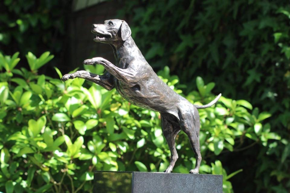 Een hond van brons laten maken
