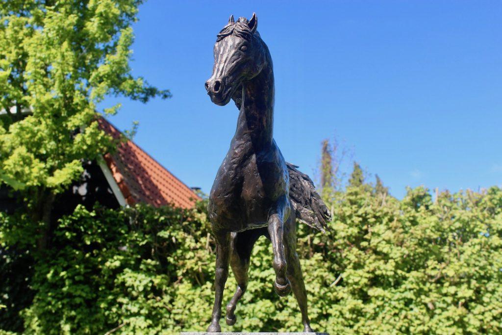 Bronzen paardenbeeld voor in de tuin