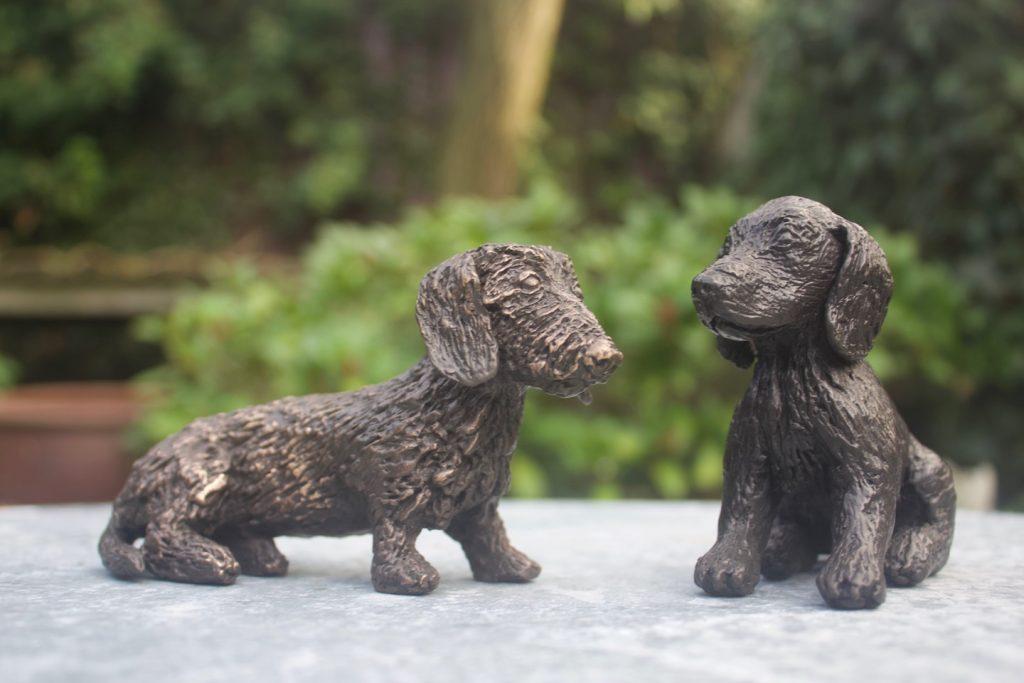 Kleine hondjes van brons