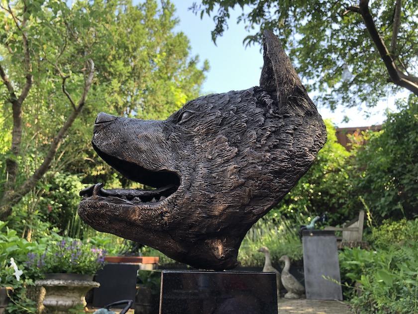 Akita Inu in brons